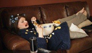 Persona negativa che sta sul divano